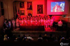 Η παιδική χορωδία του Σπύρου Λάμπρου ερμηνεύοντας με τη συνοδεία του συνθέτη στο πιάνο και τον στιχουργό Γιάννη Κωβαίο