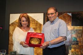 Η Δ/ντρια ΙΑΜΥ κ. Ντ. Αδαμοπούλου απονέμει τιμητική ιστορική πλακέτα (η  άδεια του Ρώσου Αυτοκράτορα προς τους πλοιάρχους για ελεύθερο διάπλου στο Αιγαίο)