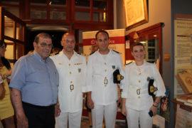 Ο κ. Λ. Βαζαίος με τον Λιμενάρχη Γ. Μανδαλάκη και  τους Υπολιμενάρχες.